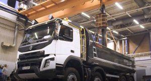 เมื่อทิ้งโหลดหนัก 2 ตัน ลงบนกระบะท้ายของรถบรรทุก Volvo FMX จากความสูง 3.5 เมตร